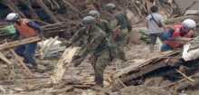 البحث عن مفقودين عقب الانهيارات الأرضية التي ضربت غرب اليابان