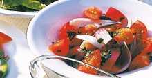 سلطة البندورة والبصل الأحمر