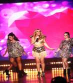 سابين تتألق رقصاً وغناءً بين أجمل عارضات أزياء العالم!