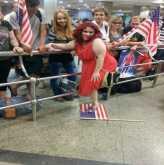 فنانة تدعس العلم الأمريكى بمطار القاهره وسط ضحك الأمريكان