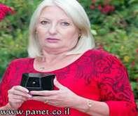 بريطانية تحول رماد زوجها إلى جوهرة لتبقيه إلى جانبها