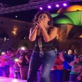 """إليسا ببلوزة سوداء كاشفة مثيرة تغازل المصريين بـ""""حلوة يا بلدي"""""""