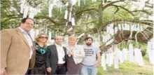 تكريم شهداء غزة الأبرياء بتعليق أسمائهم وأعمارهم على شجرة في مهرجان موسيقي في إيرلندا