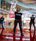 """بالصور ..ناشطات يغرقن أرض مطار بلجيكي بـ""""اللون الأحمر"""" تضامنا مع فلسطين"""