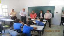 بالصور: وفد أجنبي يطلع على انتهاكات الاحتلال بحق التعليم في الخليل