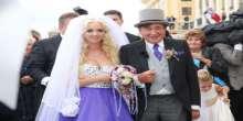 بالصور والفيديو.. ملياردير يتزوج فتاة تصغره بـ57 عاما