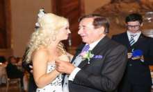 بالصور.. ملياردير يتزوج فتاة تصغره بـ57 عاما