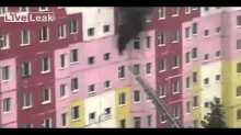 بالفيديو: لحظة سقوط فتاة من الطابق السابع بسبب خطأ منقذ