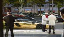 لامبورغيني مطلية بالذهب تحمل لوحة سعودية تخطف الأبصار في باريس