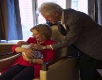 بيل وهيلارى كلينتون ينشران صورهما مع حفيدتهما الأولى
