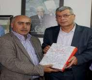 مركز أبو جهاد يسلم رئيس هيئة الأسرى الموسوعة الفلسطينية للأسرى الفلسطينين والعرب