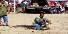 فيديو..تمساح يخذل مدربه ويطبق فكيه على راسه امام الجمهور