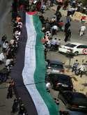 نشطاء الجالية الفلسطينية في كندا يهدون وطنهم علما ضخما موقع من عشرات الألاف من المتضامنين