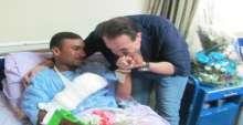 بالصور: حكيم يعيد البسمة للمصابين في الحادث الارهابي