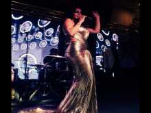 """بالفيديو.. بعد فضيحة """"الفستان الشفاف"""" هيفاء وهبي بفستان ذهبي مثير في تونس"""