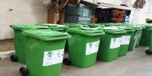 بلدية طولكرم تتسلم حاويات لفصل النفايات الخضراء