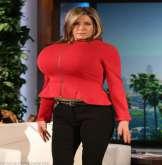 بالصور.. جينيفر أنيستون تسخر من كيم كاردشيان بارتداء حمالة صدر ضخمة