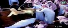 """مشهد مؤثر.. متعب بن عبدالله يحتفظ بـ""""بشت"""" غطي به جثمان """"فقيد الأمة"""""""
