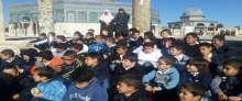 بالصور ..ضابط اسرائيلي يلاحق طفل في المسجد الأقصى وشرطة الاحتلال تعتقل صحفية مقدسية