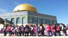 """مئات الأطفال يعمرون المسجد الأقصى والمصلون يتلون سورة """"الكافرون"""" في وجه المقتحمين"""