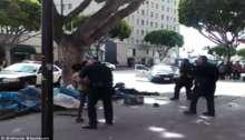 فيديو صادم: شرطة لوس انجلوس يقتلون متشردا في وضح النهار دون سبب