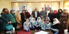 طالبات مدرسة زنوبيا الأساسية العليا يطلعن محافظ طولكرم عصام أبو بكر على مبادرة ساحتي مملكتي