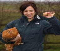 بالصور: دجاجة تفرخ بيضاً دائري الشكل