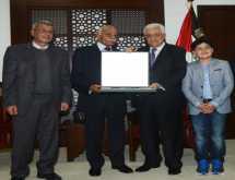 الرئيس يمنح الأسير الأول محمود حجازي وسام نجمة الشرف العسكري