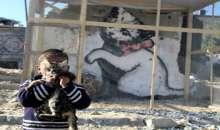 """بعد جدل """"الباب"""" ..غزة : مواطن يُحيط منزله بالأسلاك للحفاظ على """"جدار بانسكي"""" !"""