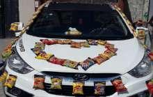 عريس غزي يزين سيارة زفافه بأكياس الشيبس