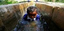 أطفال قرية النويعمة شمال مدينة أريحا يلهون بمياه عين النويعمة