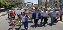 أهالي العسكريين اللبنانيين المخطوفين يعتصمون أمام السفارة القطرية في بيروت