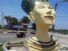 """مصر - إزالة تمثال مشوه لرأس نفرتيتي من مدخل """"سمالوط"""" بالمنيا"""