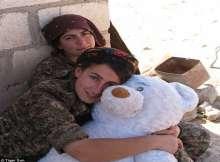 صور.. عارضة أزياء تنضم للقوات الكردية لمحاربة داعش