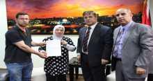 وزير الصحة يسلم مكرمة رئاسية لعلاج طفلة من الخليل