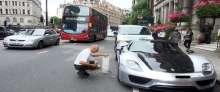 بالصور.. ملياردير سعودي يعطِّل المرور في لندن لغسل سيارته ذات الـ6 مليون ريال
