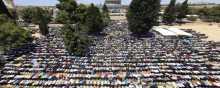 300 غزي يغادرون القطاع باتجاه القدس لاداء الصلاة في الاقصى
