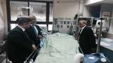 """(محدث بالصور) """"وفد رئاسي"""" يعود عائلة دوابشة في المستشفى .. عريقات يؤكد تقديم الملف للجنايات الدولية"""