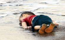 """صور وفيديو: صورة لطفل هزت العالم و""""أزعجت"""" ملك جمال سوريا ويصفه بالـ """"ميتة نجسة"""""""