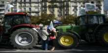 طلائع المزارعين الغاضبين يدخلون باريس بجراراتهم