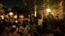 فيديو وصور.. المصلون يؤدون صلاة الفجر بالشارع بعد منعهم من دخول الاقصى