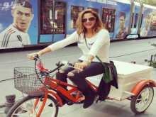 باسكال مشعلاني تقود دراجة في شوارع تركيا