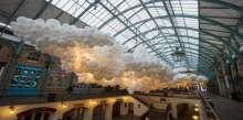 100 ألف بالون يضيء مركزاً تجارياً في لندن