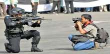 12 لقطة لمصورين «عملوا المستحيل» لالتقاط صورة: تحدوا الرصاص والحيوانات المفترسة