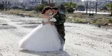 بالصور.. عروسان سوريان وسط ركام المباني المنهارة في حمص