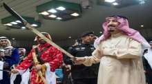 الملك السعودي يشارك في العرضة