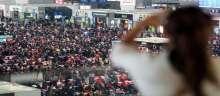 تأخرعشرات آلاف المسافرين في محطة للقطارات في غوانغجو عشية احتفالات رأس السنة القمرية في الصين بسبب الجليد