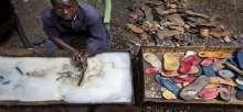 دُمى من الأحذية البالية في الصومال