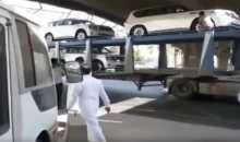 سائق مغفل يدمر ثلاث سيارات جديدة بصدمها أسفل كوبري