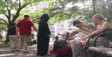 هكذا تعامل أمريكيون مع فتاة مسلمة طلبت ترك حقيبتها عندهم لدقائق